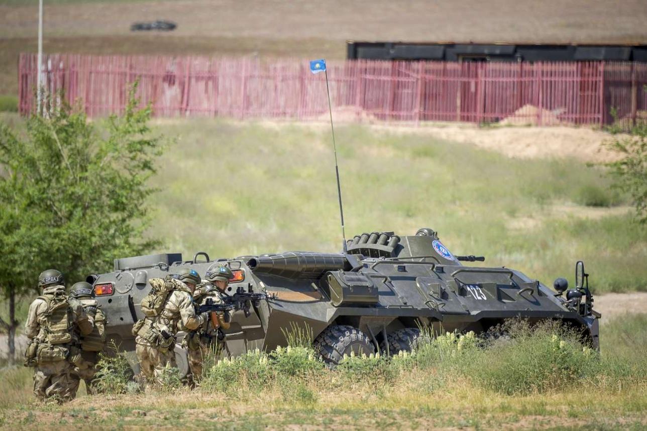 Подразделение спецназа под прикрытием бронетехники
