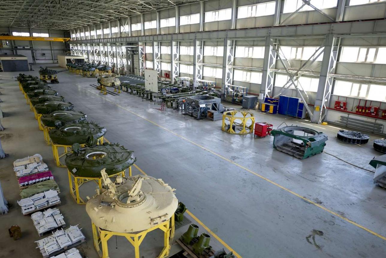 В отдельном цехе хранятся танковые башни и орудия
