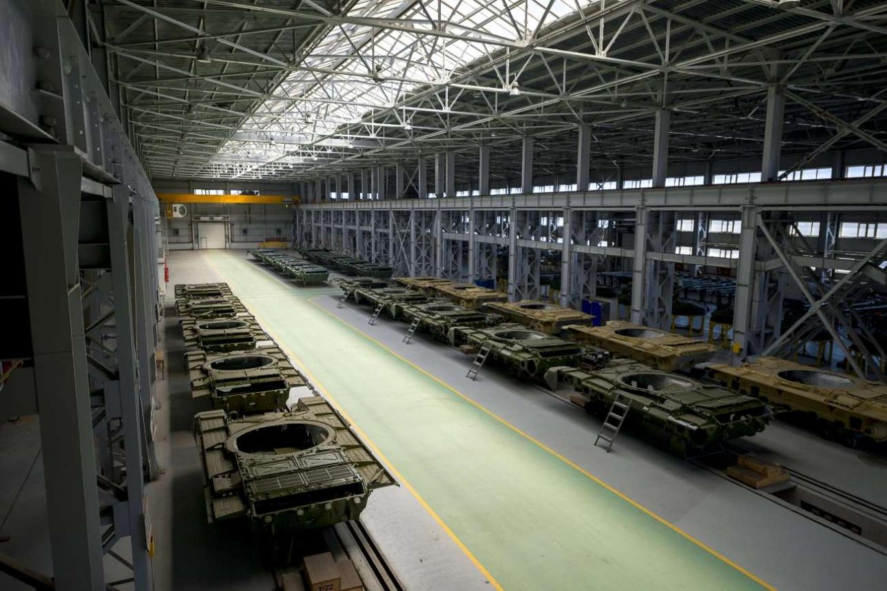 В этом цехе стоят бронекорпуса танков Т-72