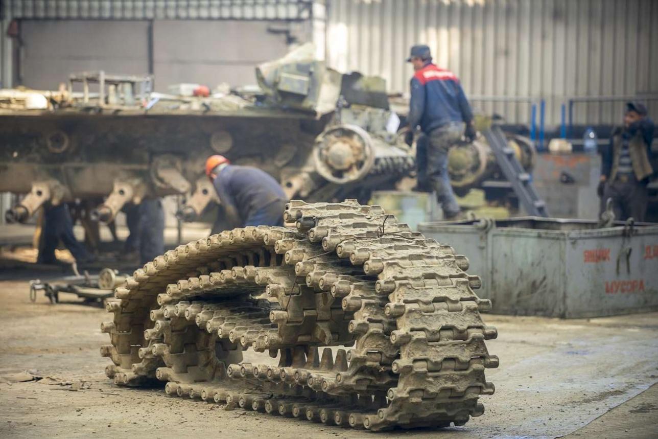 Транспортировка танковой гусеницы