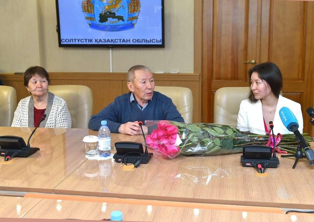 Самал Еслямова с родителями