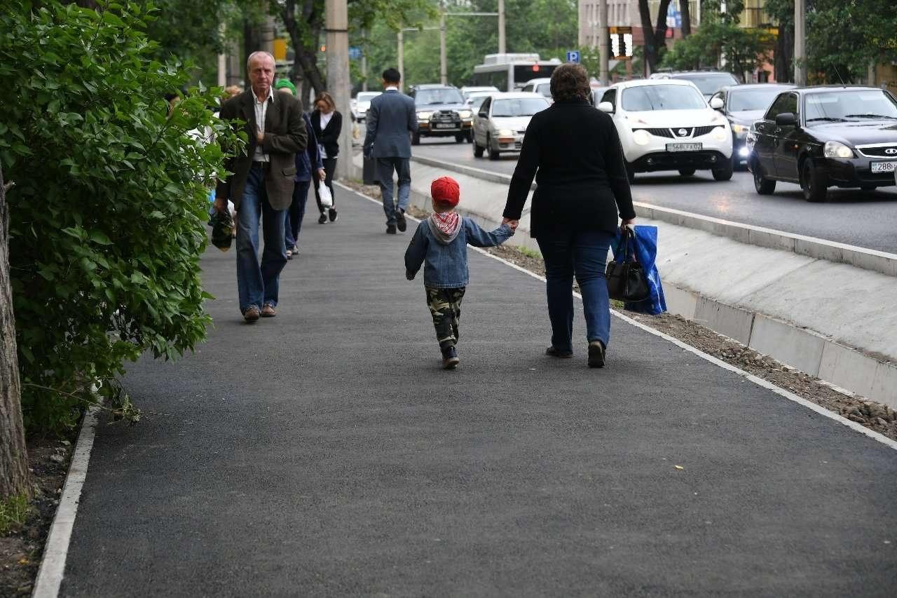 В Алматы восстанавливают и строят новые тротуары для пешеходов