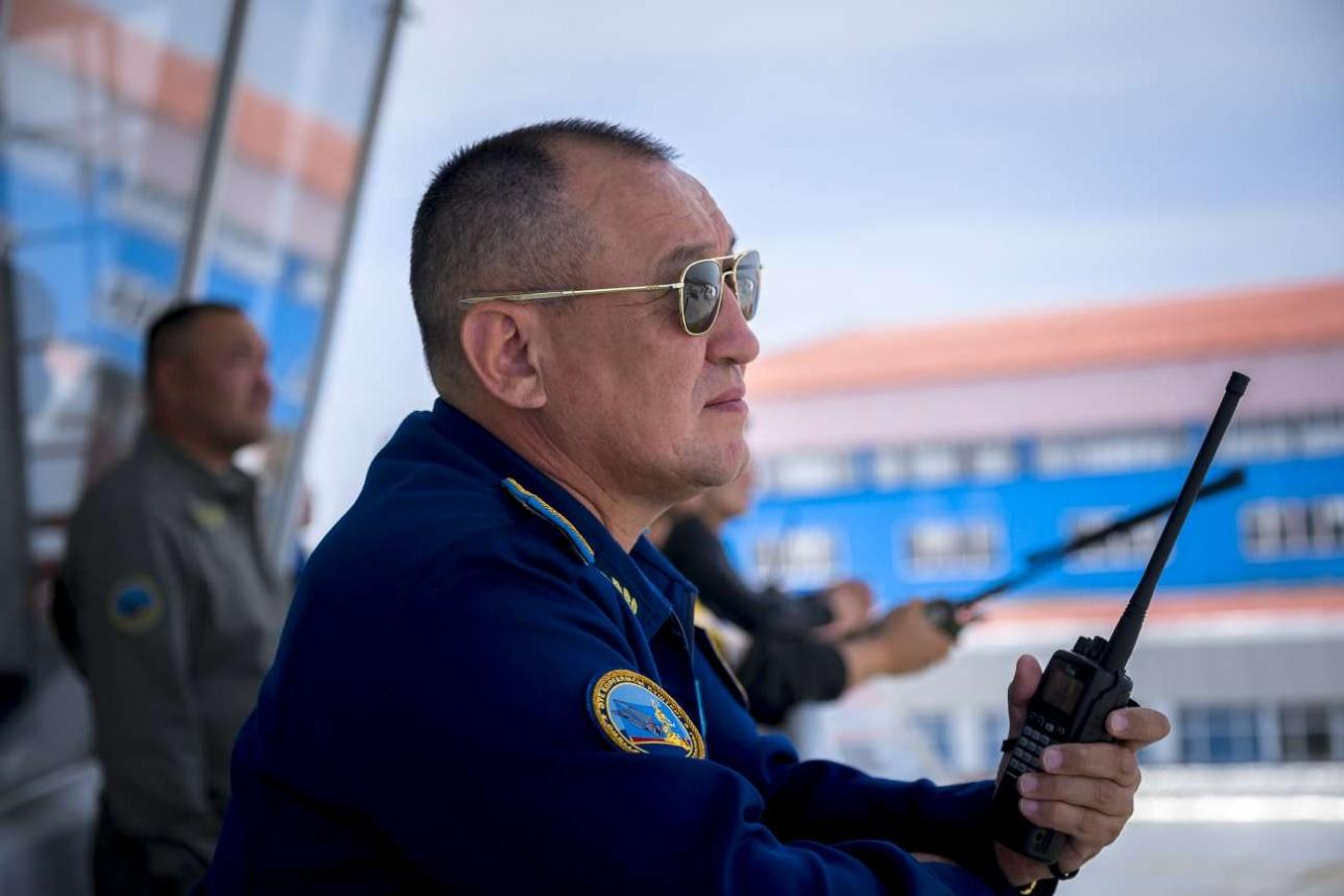 Командующий BBC генерал-майор Даурен Косанов руководит полётами