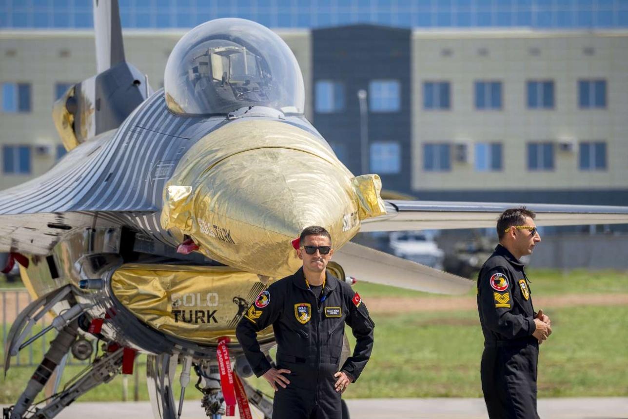 Лётчики турецкой пилотажной группы Solo Turk у истребителя F-16