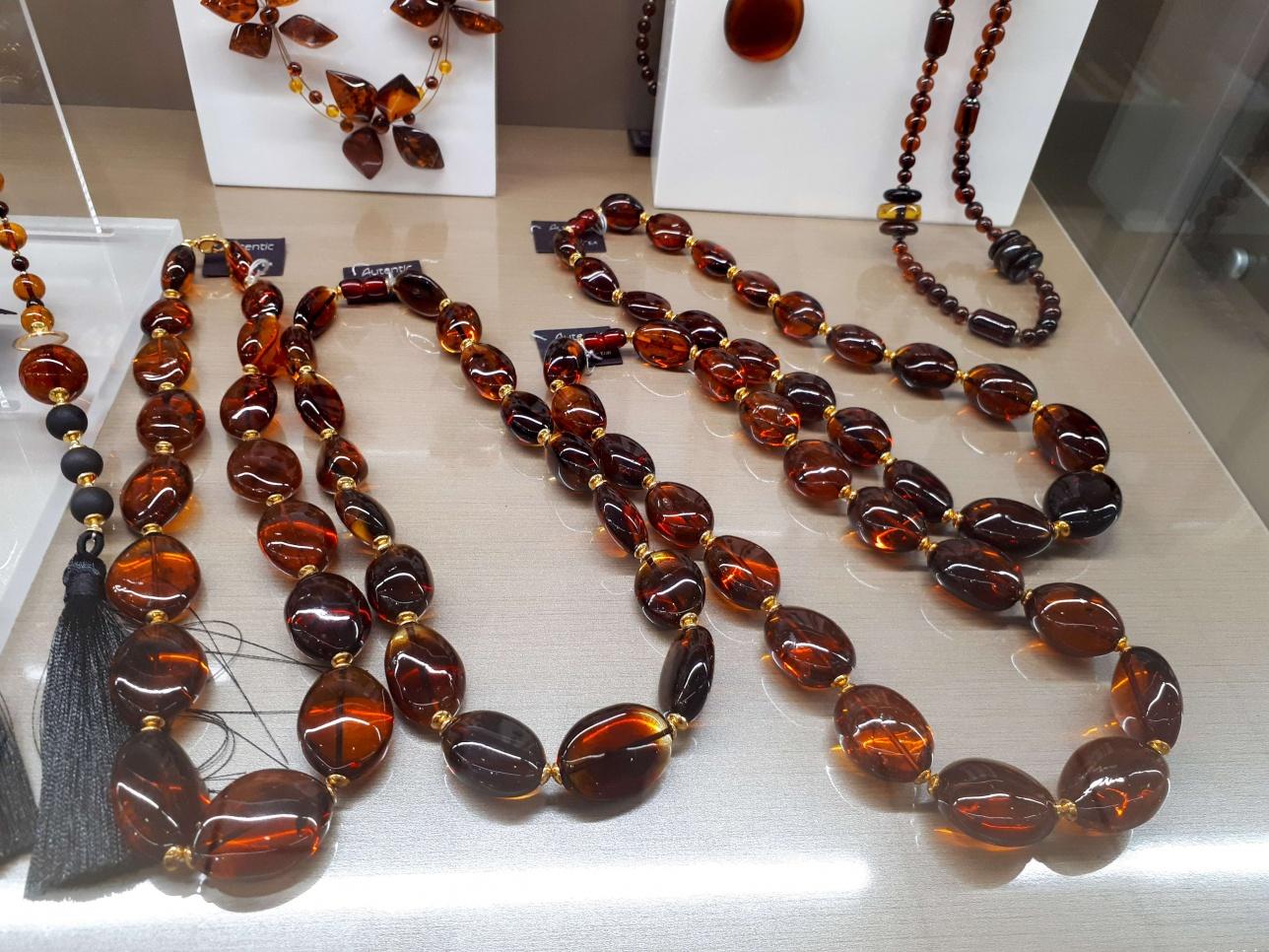 Янтарные украшения и сувениры в Литве можно купить на каждом шагу