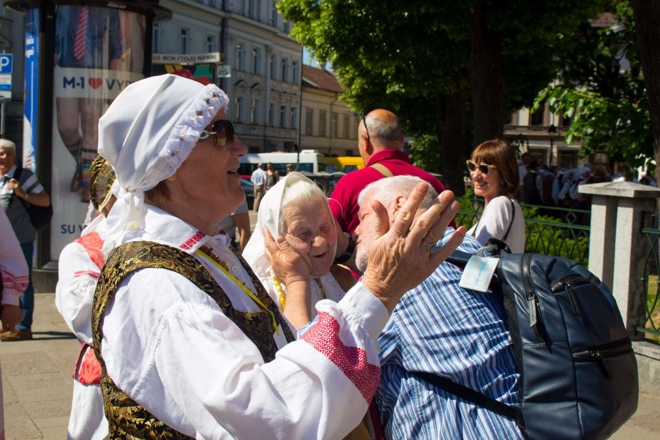 Жители Вильнюса приветствуют друг друга на фестивале