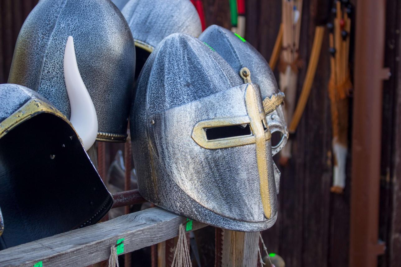 Возле замка продают сувенирные доспехи средневековых рыцарей