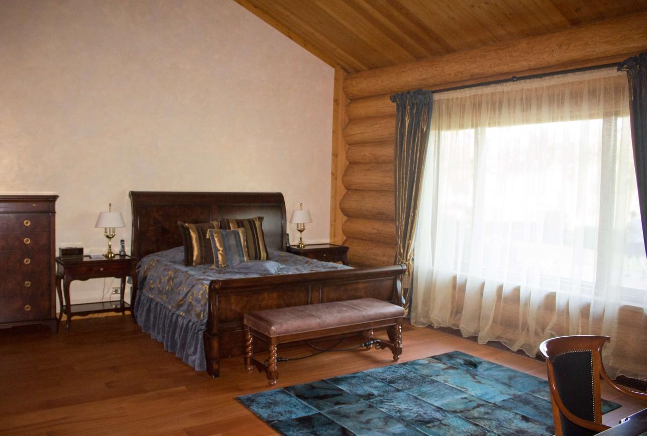 Кровать в одной из спален президентского номера