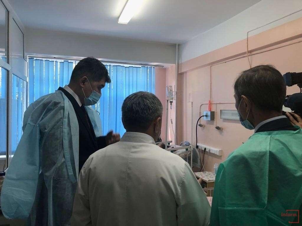 Елжан Биртанов посетил детей, находящихся в реанимации