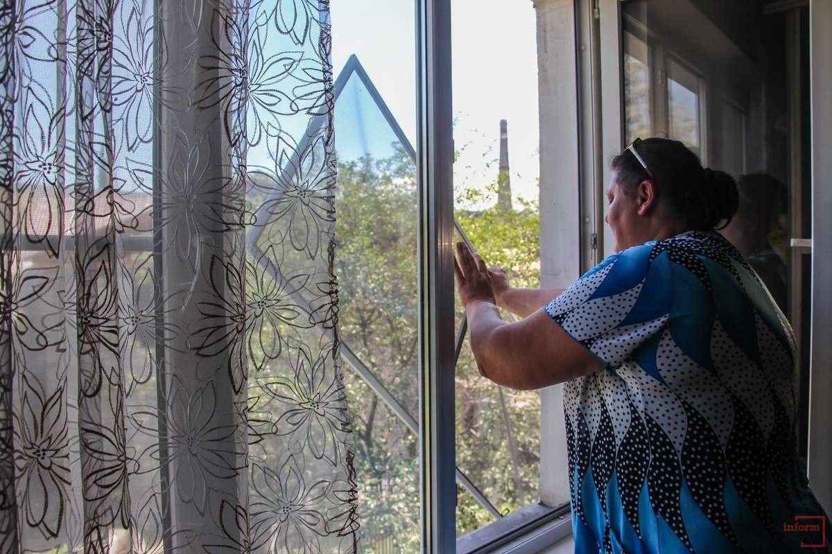Москитные сетки на окнах приходится мыть каждый день