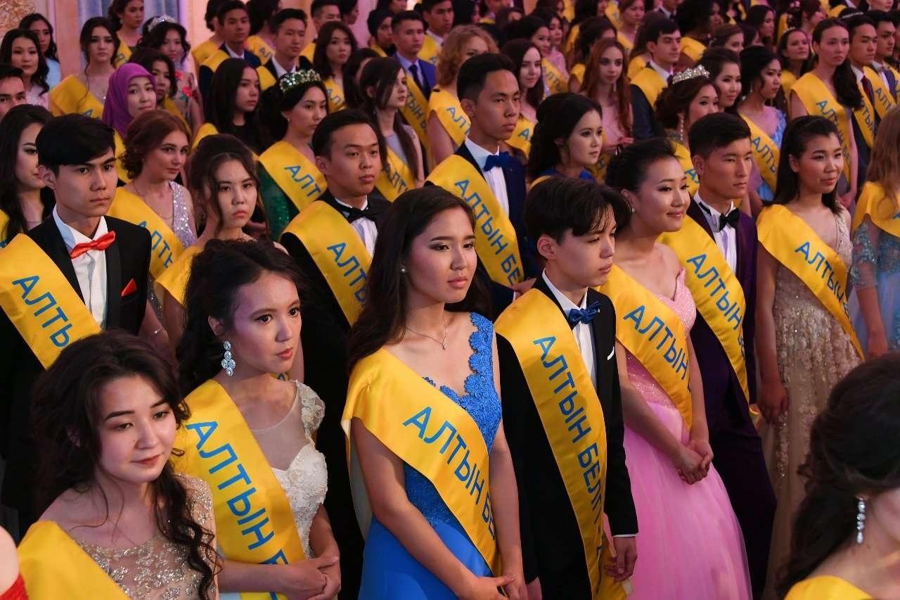 """518 выпускников получили почётный знак """"Алтын белгi"""""""