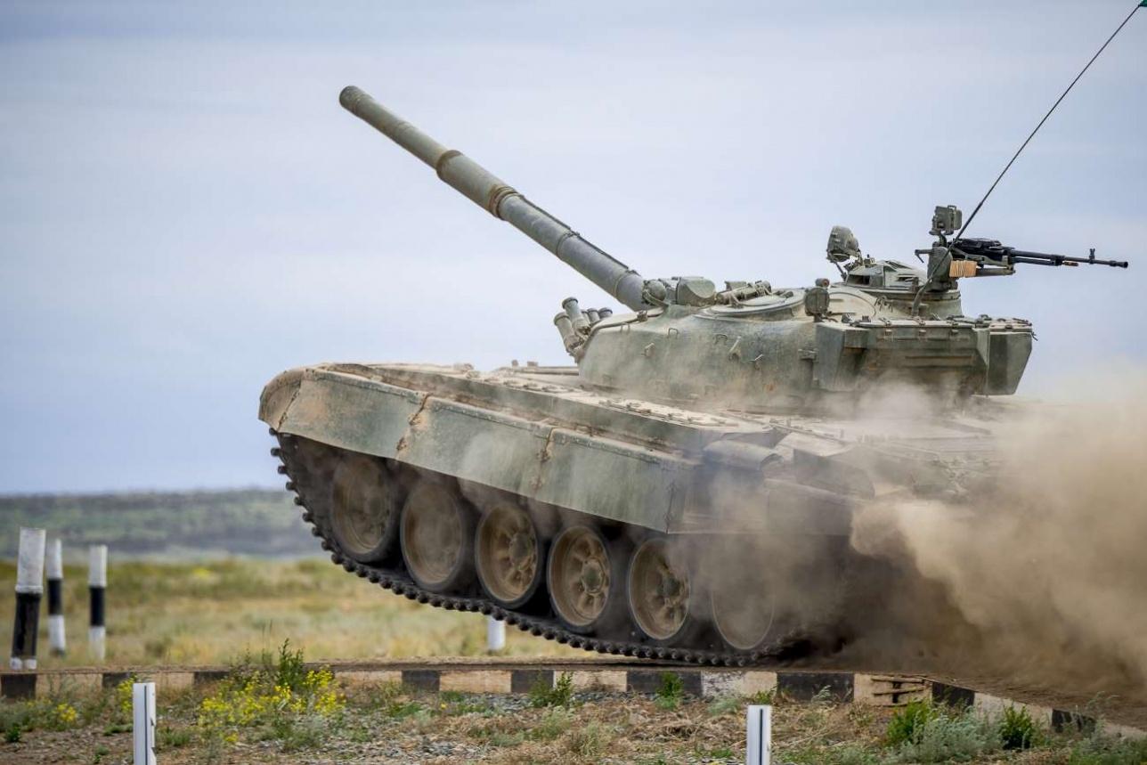 Боевая машина весом около 40-ка тонн на долю секунды зависает в воздухе