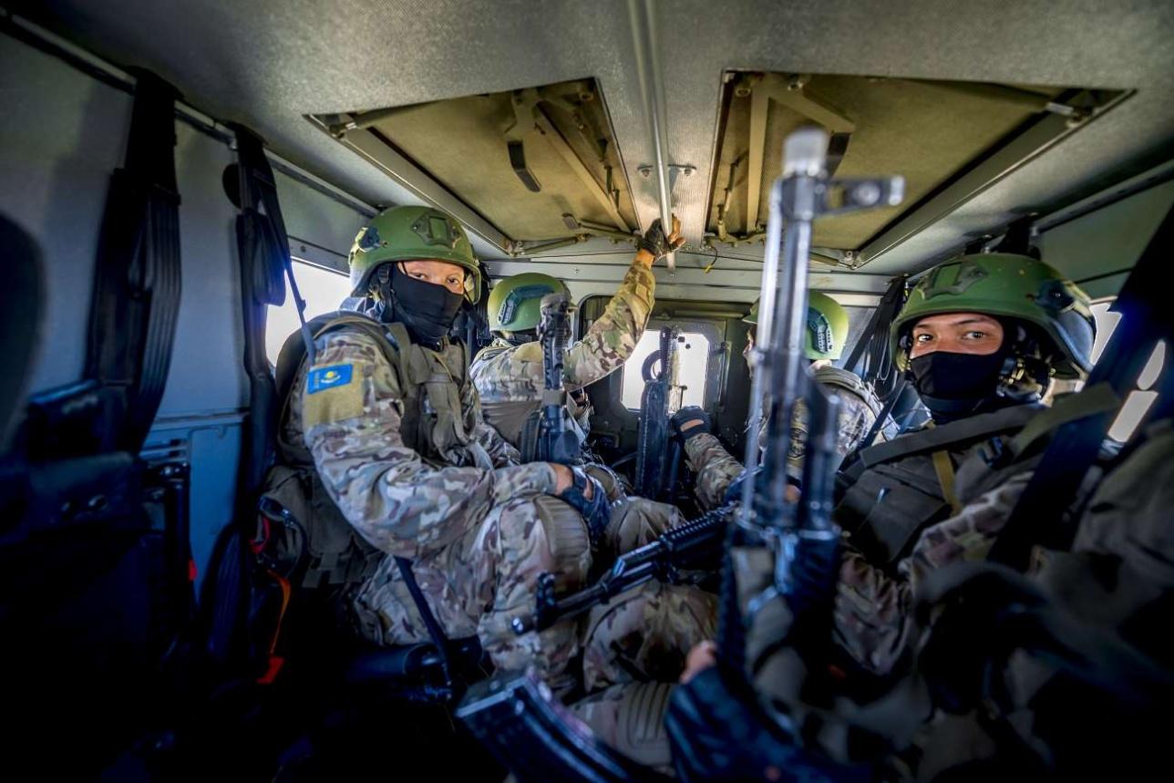 Бронеавтомобиль доставляет спецназ к условно захваченному населённому пункту