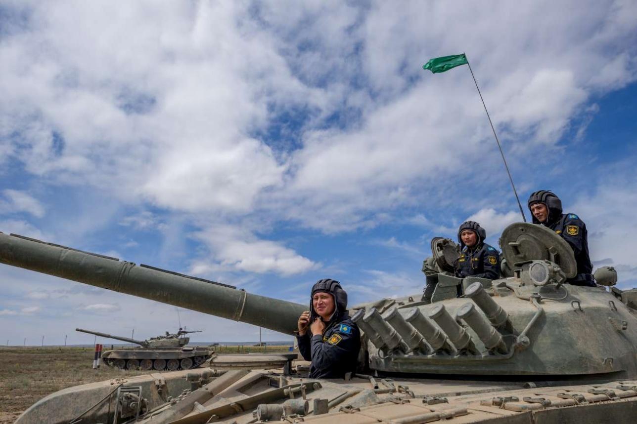Экипаж Т-72Б занимает свое место в машине