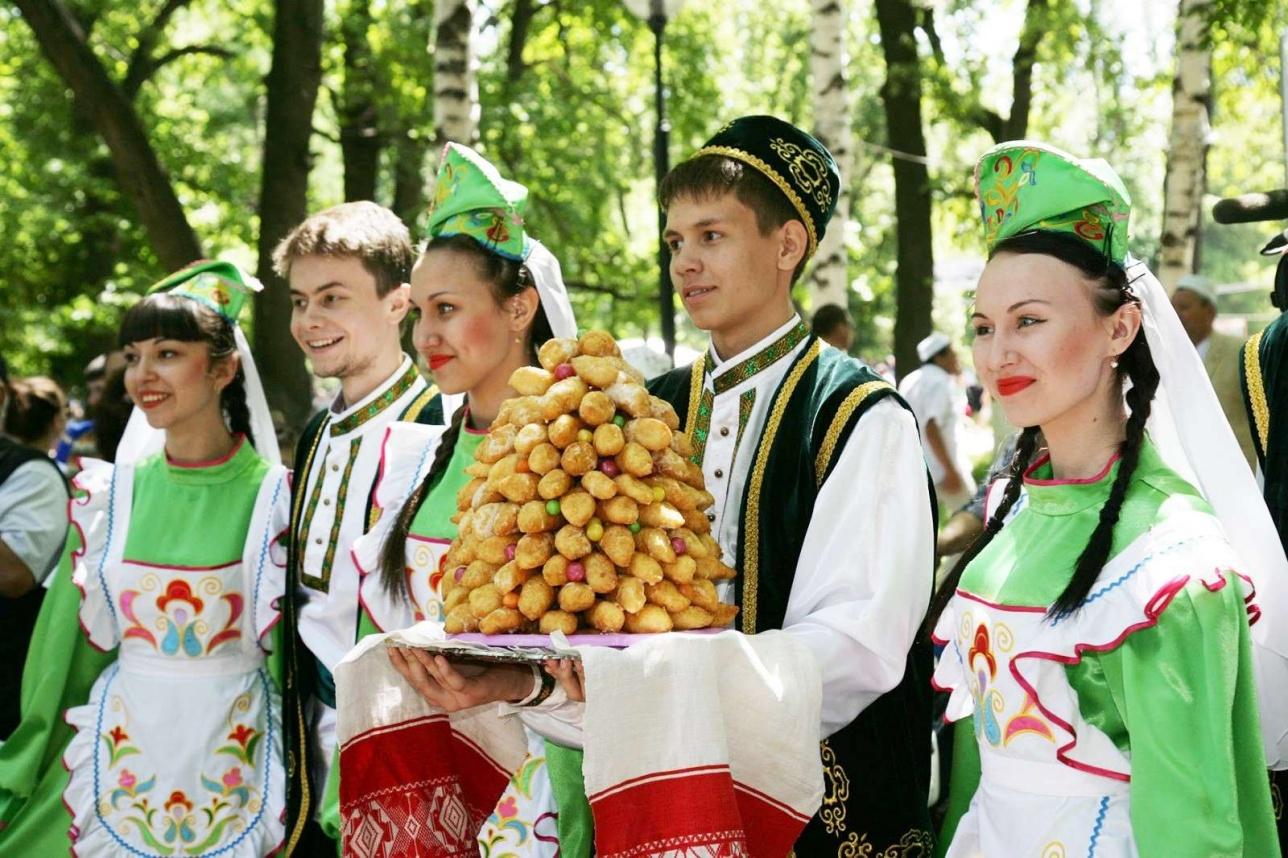 Сабантой кезіндегі татар жастары
