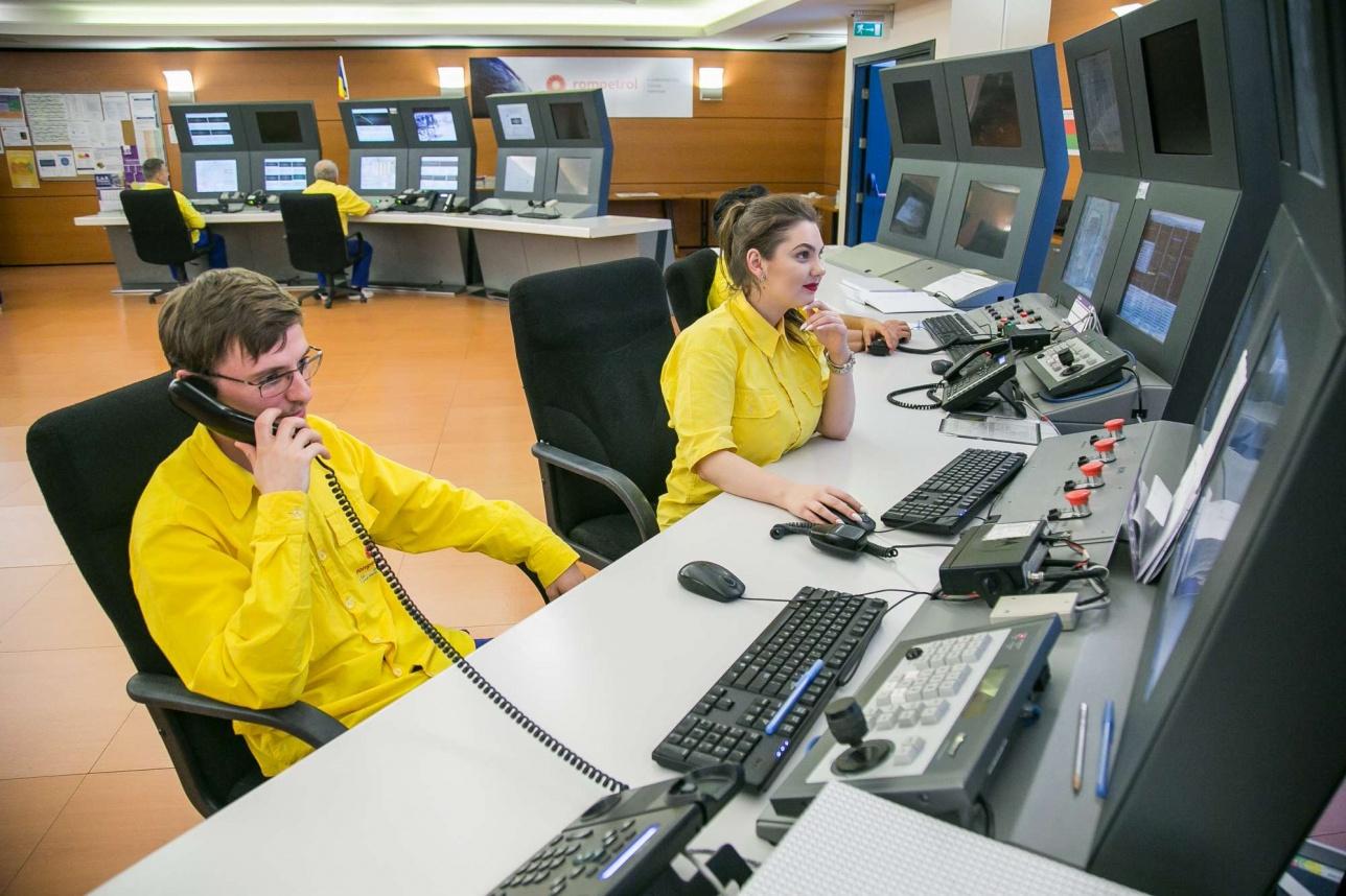 Молодые операторы в комнате управления НПЗ
