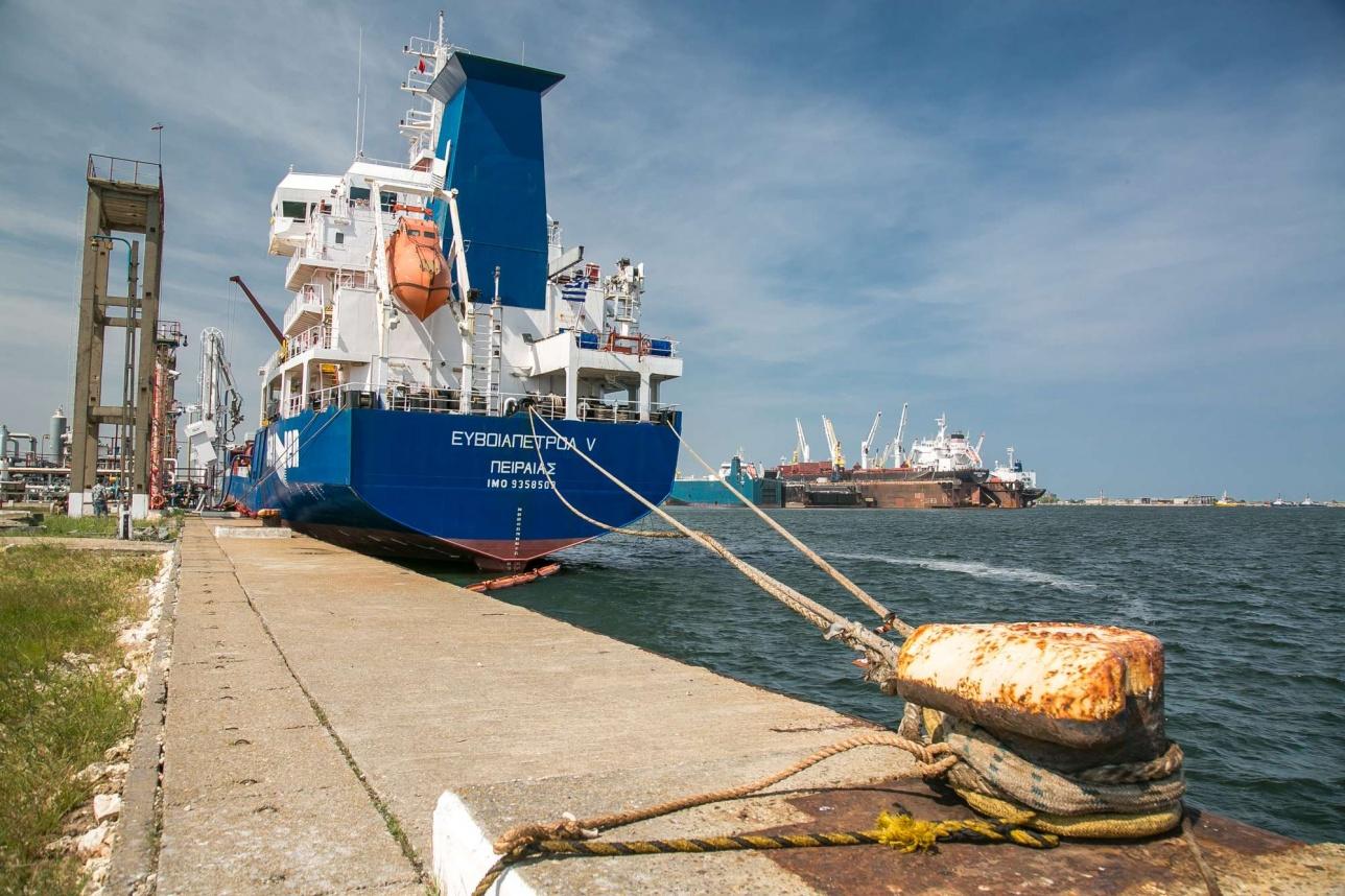 Танкер с греческим флагом загружается нефтепродуктами в Midia Marine Terminal