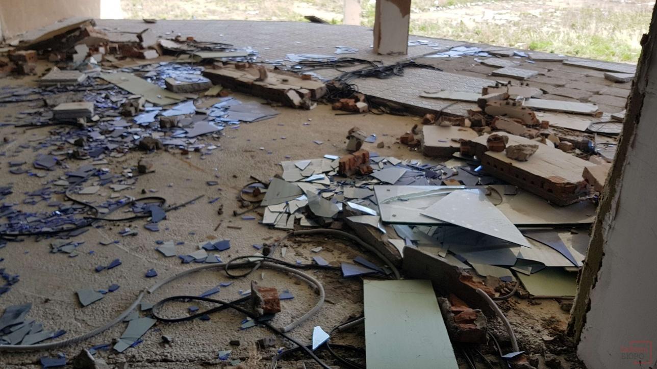Часть окон в здании уже выбита