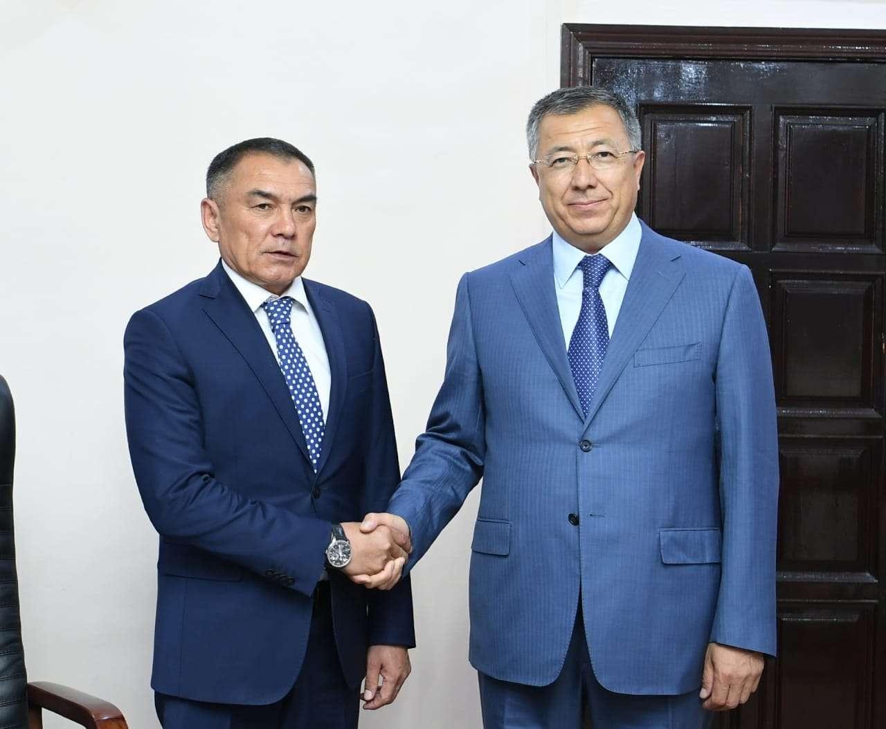 Алипбек Усербаев (слева) уже руководил Туркестаном в 2014-2017 годах