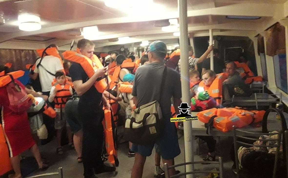 Всех пассажиров теплохода эвакуировали
