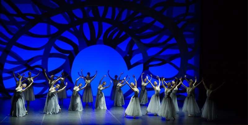 Выступление на сцене театра Astana Ballet