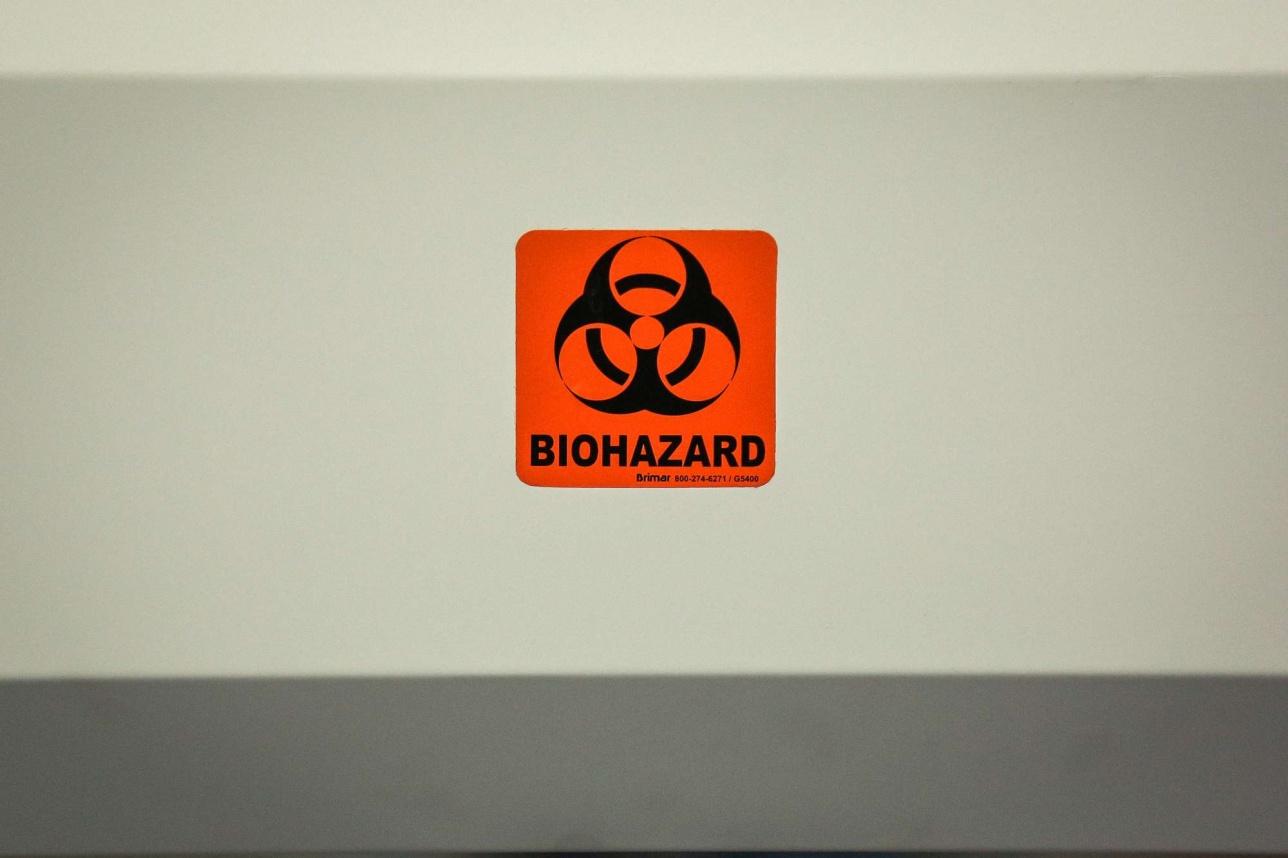 Потенциально опасные помещения и оборудование помечаются соответствующим предупреждением