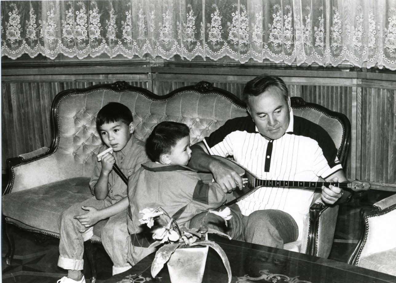 Нурсултан Назарбаев с внуками, 1992 г