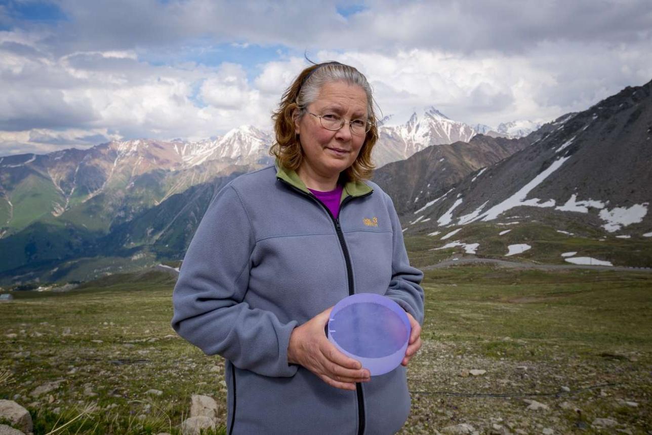 Научный сотрудник ФИАН Марина Ивановна Вильданова держит в руках элемент ловушки для высокоэнергетических частиц