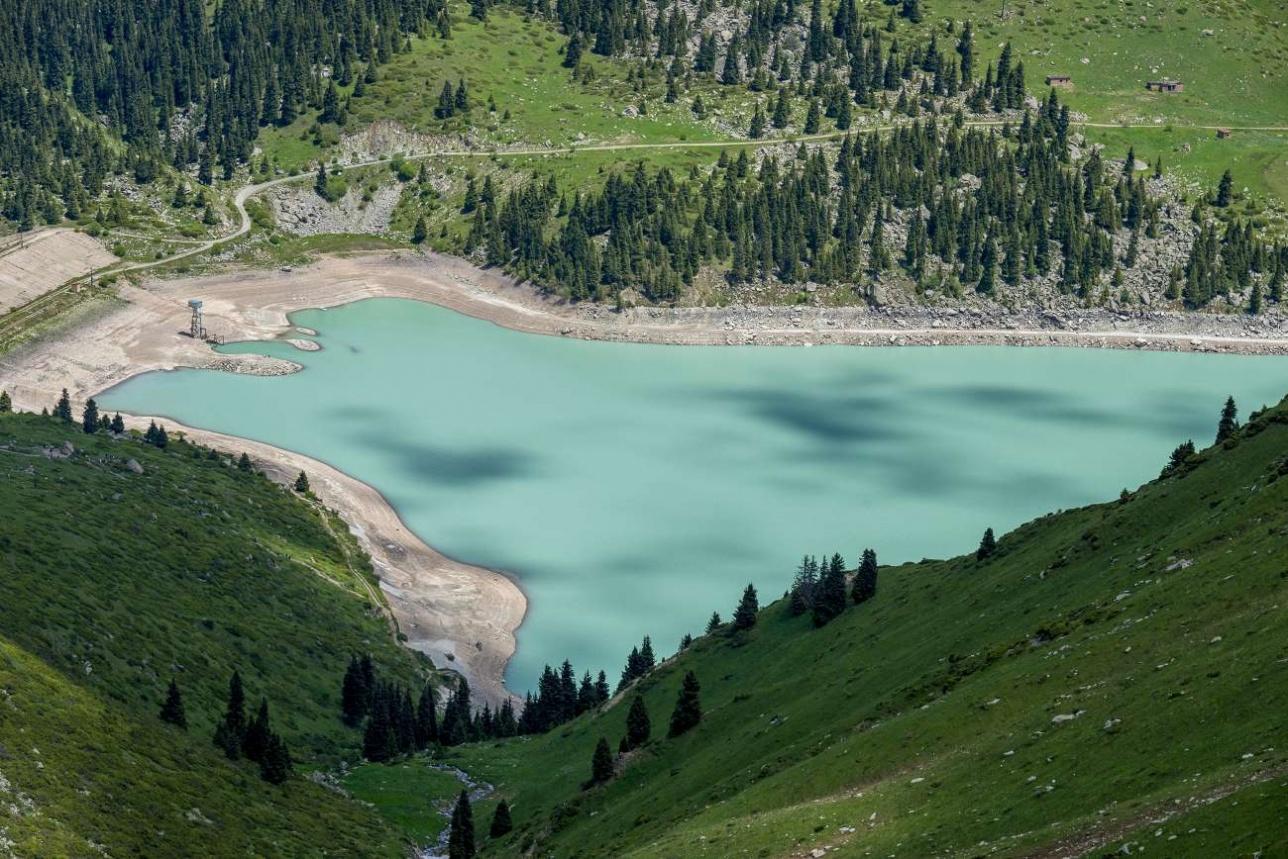 Большое Алматинское озеро остается далеко внизу
