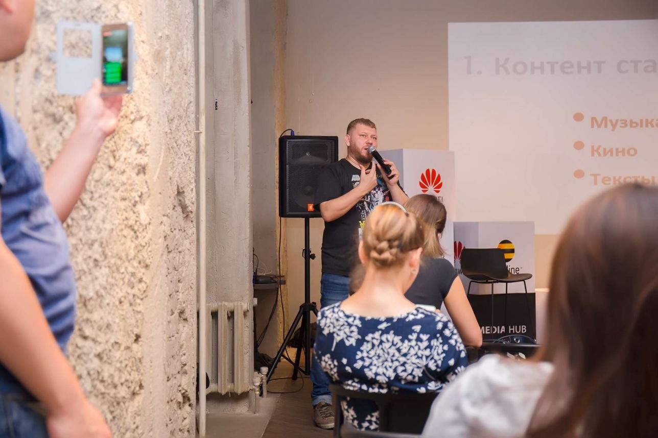 Николай Турубар выступает перед журналистами на Huawei Media Hub