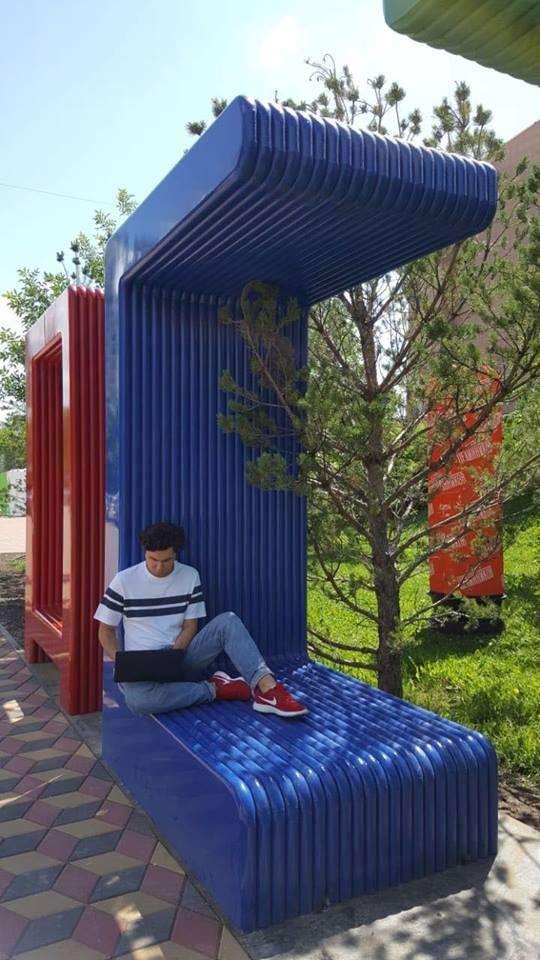 Креативные скамейки на Арбате понравились и детям, и взрослым