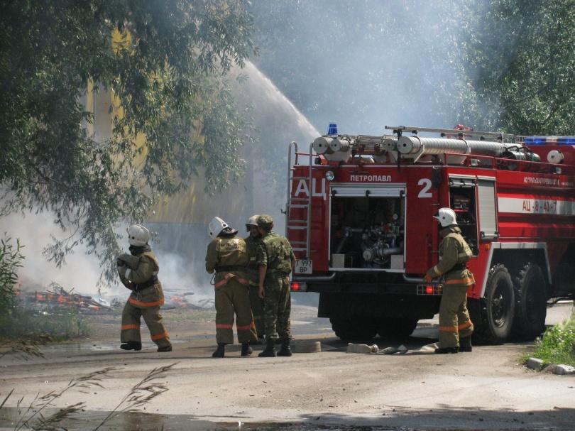 Крупный пожар охватил несколько зданий
