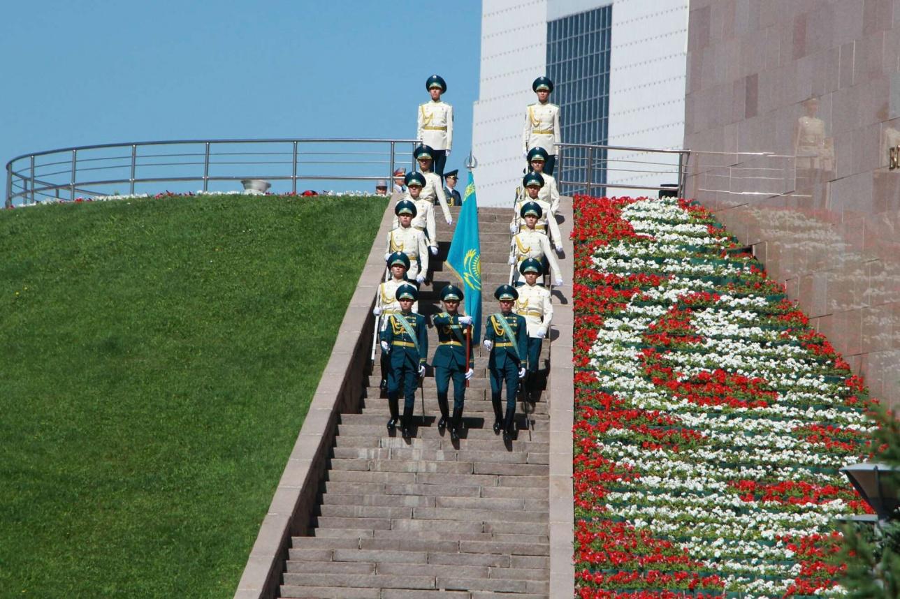 Церемония поднятия флага РК в Астане
