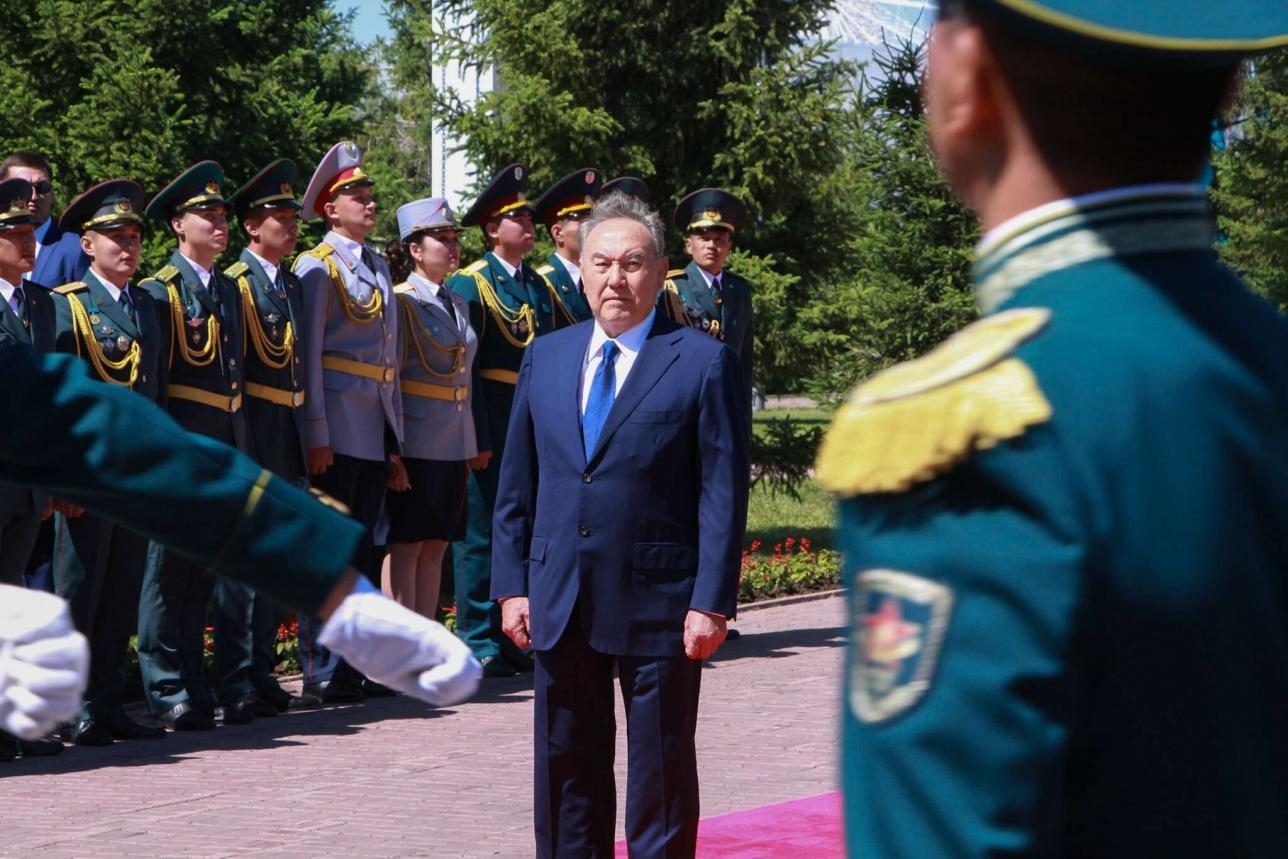 Президент вручил погоны офицерам
