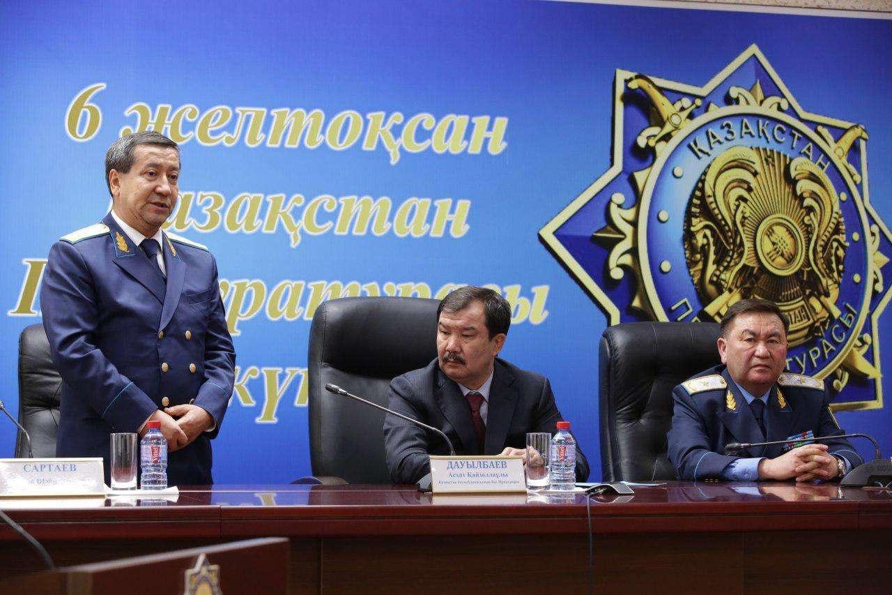 Дастан Сартаев (на фото слева)