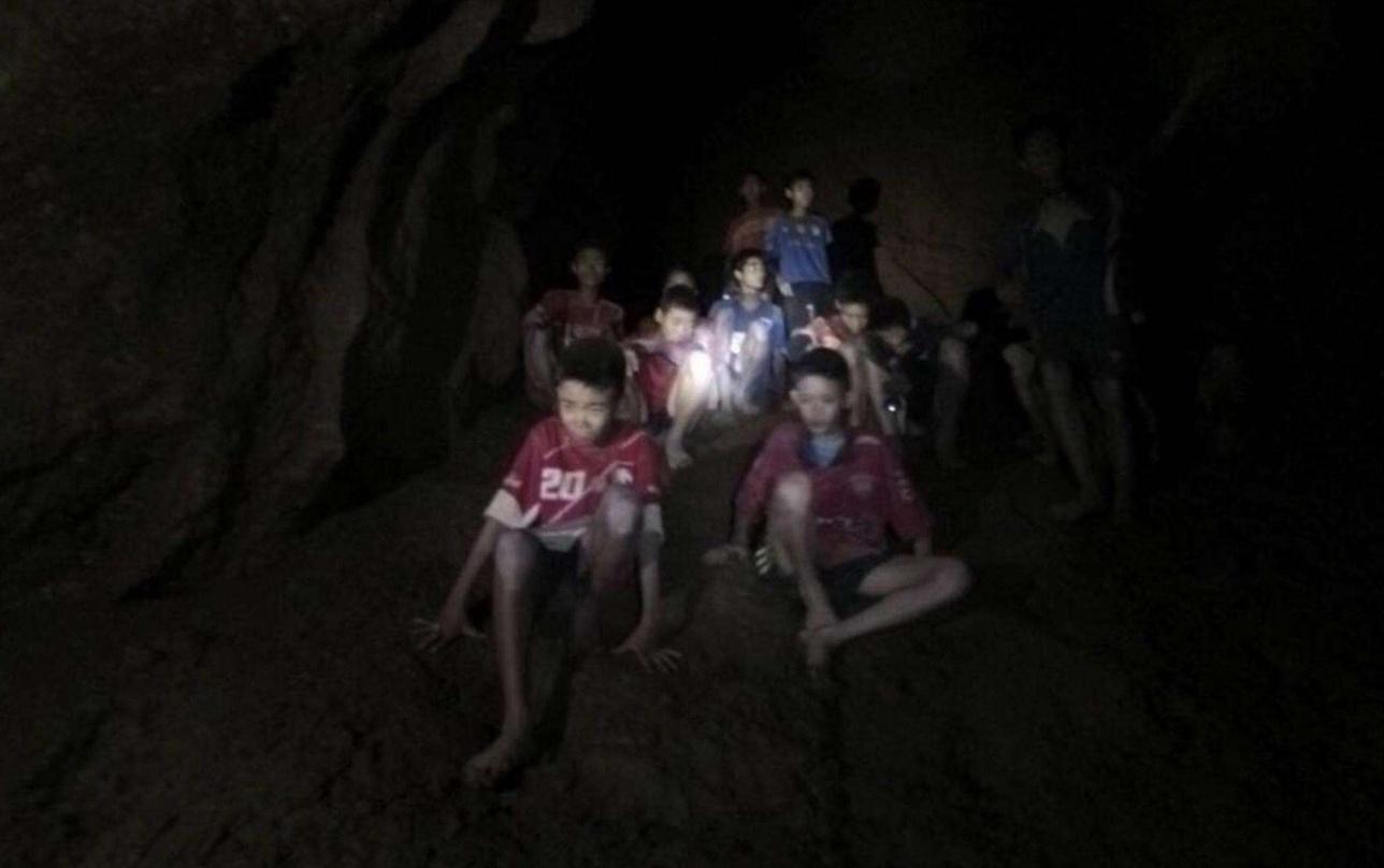 В пещере застряли 12 юных футболистов