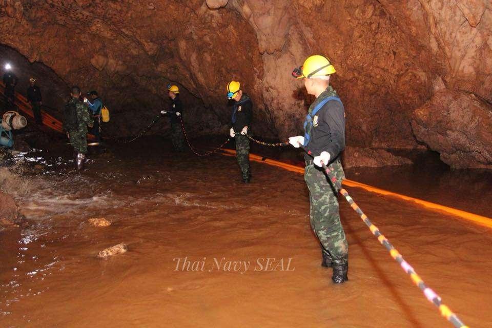 С момента обнаружения детей в пещеру закачивают кислород