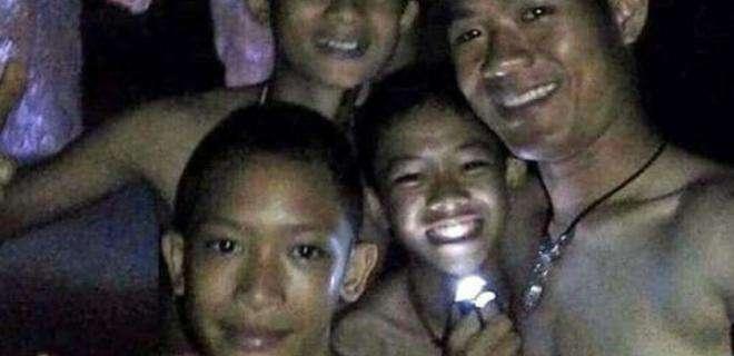 Заблокированные в пещере дети с тренером