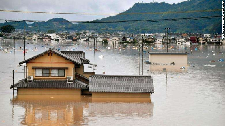 Затопленные дома на западе Японии