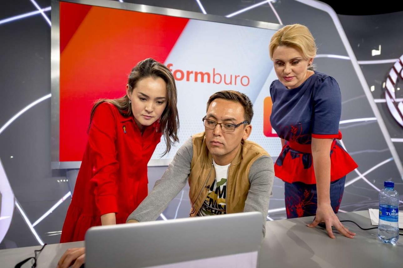 Гульжан работает с редакторами-ведущими Аскаром Мендыбаевым и Натальей Райм