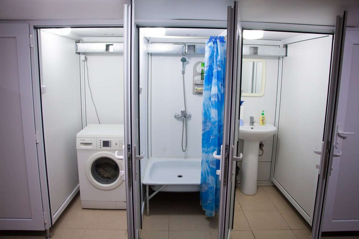 """Весь техперсонал, обслуживающий ЖК """"Достар"""", может поле работы принять душ, постирать свою рабочую одежду"""
