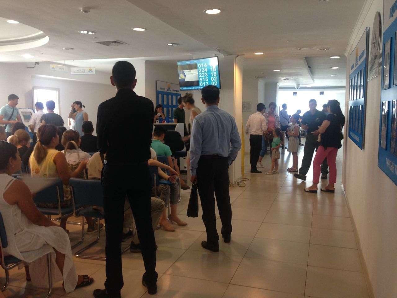 Десятки человек стоят в очереди в филиале ЖССБ по улице Сыганак в Астане
