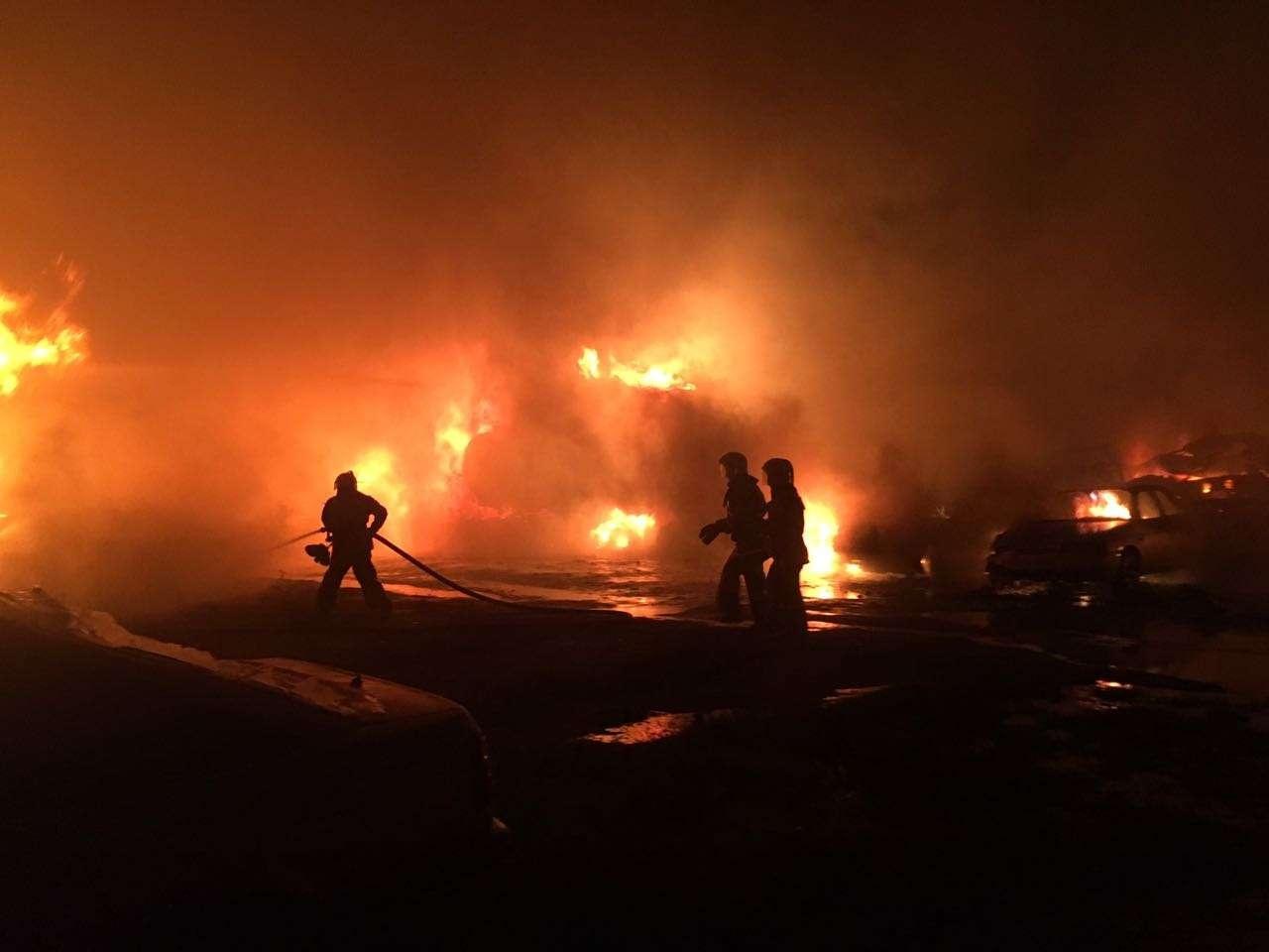 В пожаре полностью сгорели 45 автомобилей и часть крыши расположенного рядом со стоянкой мебельного цеха
