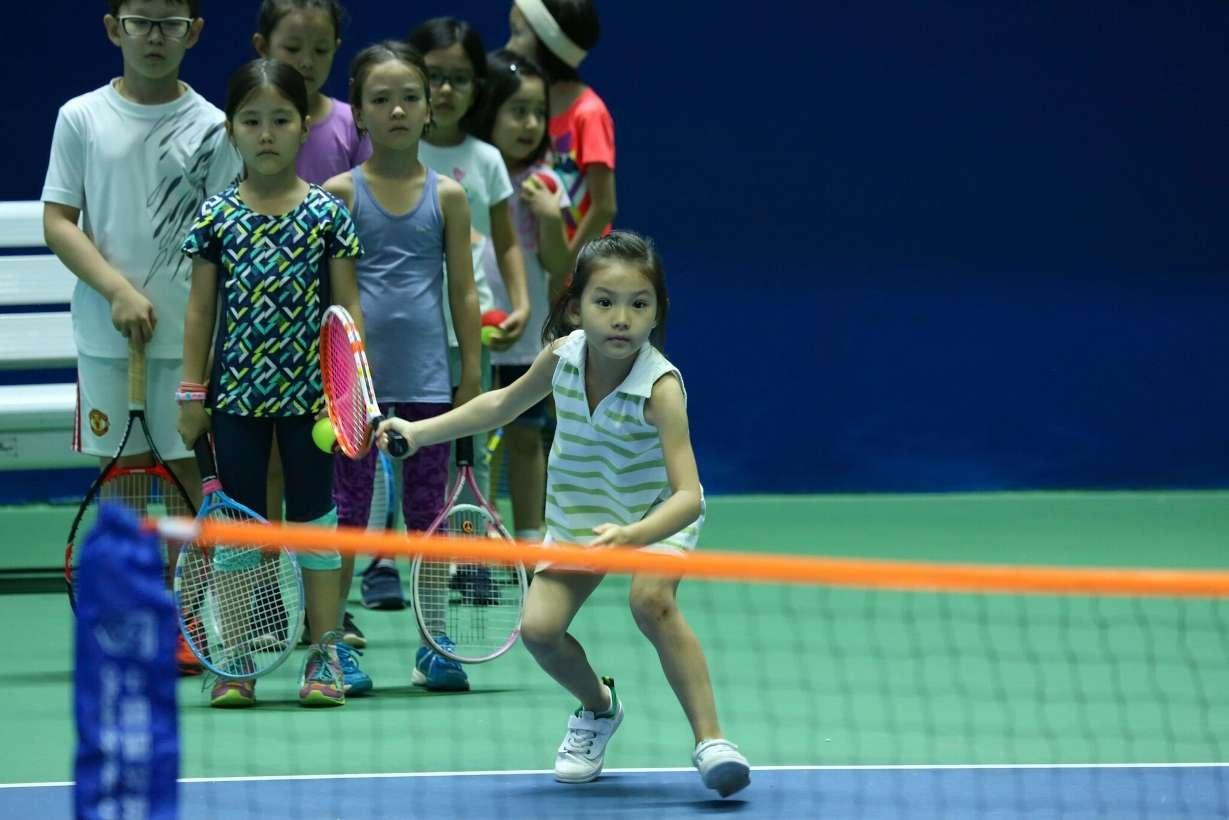 Дети выстроились в очередь, чтобы сыграть со звездой казахстанского тенниса