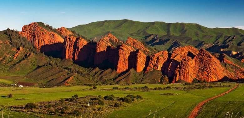 Ущелье Джеты-Огуз близ города Каракол