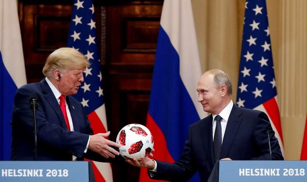Путин подарил Трампу футбольный мяч, заявив, что мяч по урегулированию в Сирии на стороне США