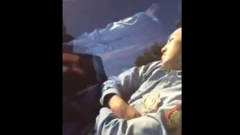 Спящие в служебной машине сотрудники полиции из Астаны