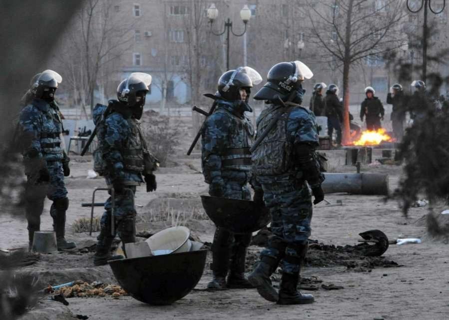 Жанаозен, 17 декабря 2011 года. Бойцы специального подразделения