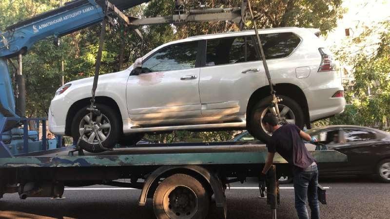Автомобиль Дениса Тена эвакуировали с места происшествия