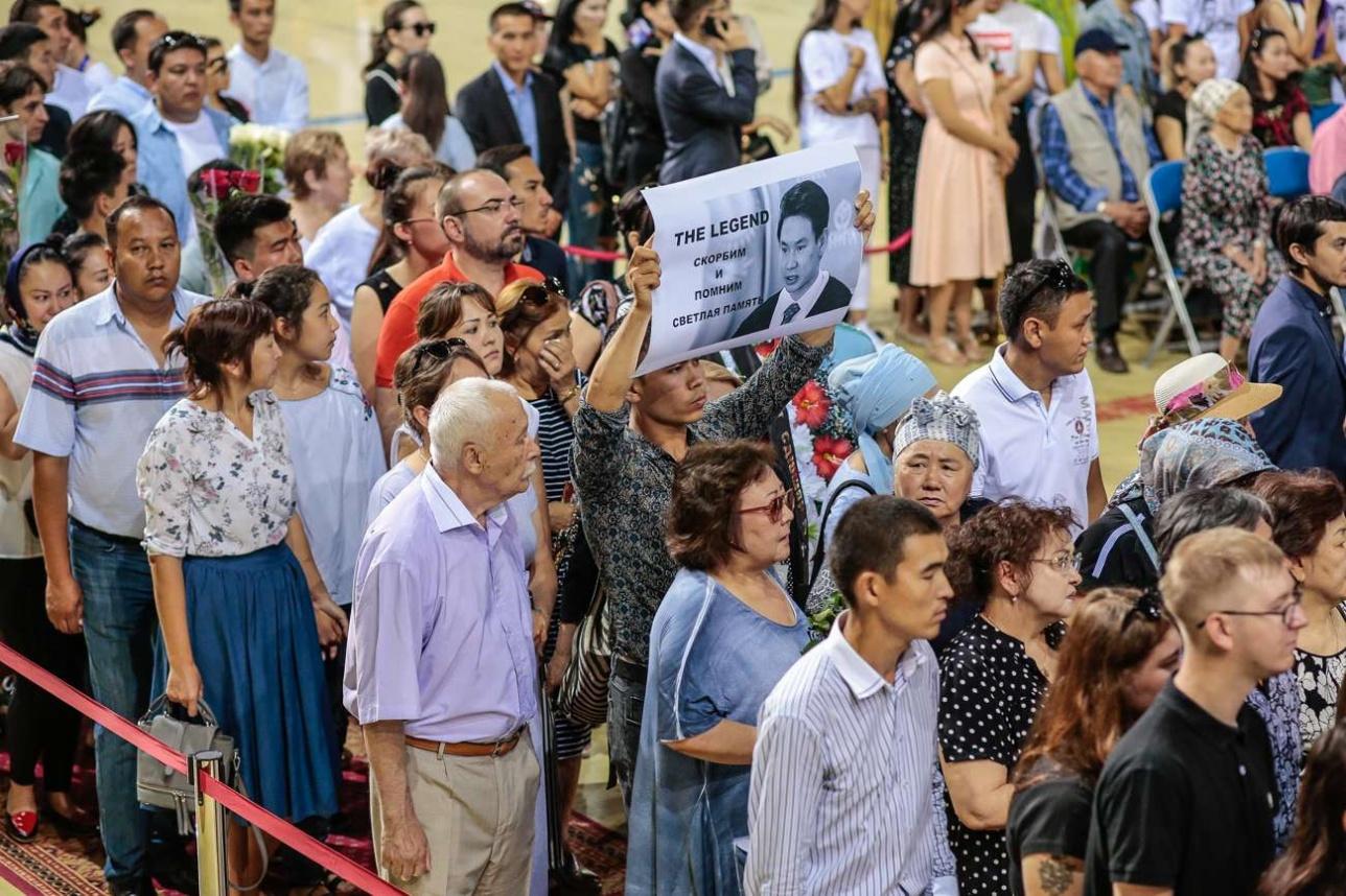 Люди несли портреты с изображением Дениса Тена